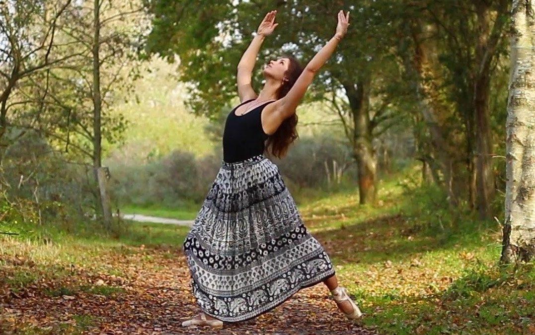 Michelle in Wassenaarseslag bos tijdens dans zelfportret opnames op spitzen