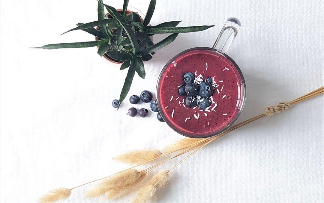 Zomerfruit smoothie met plant, blauwe bessen en pluim